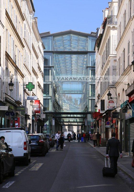 BNP Paribas by Ricardo Bofill, marché St Honoré. Extérieur jour. Intégration dans le paysage urbain.