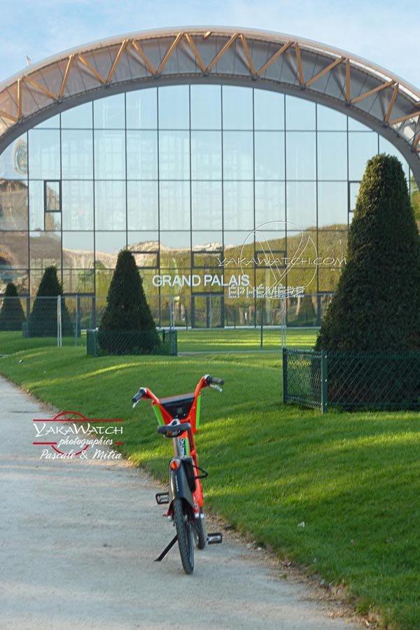Le Grand Palais Ephémère occupe une partie des pelouses du Champ de Mars - Photo Yakawatch