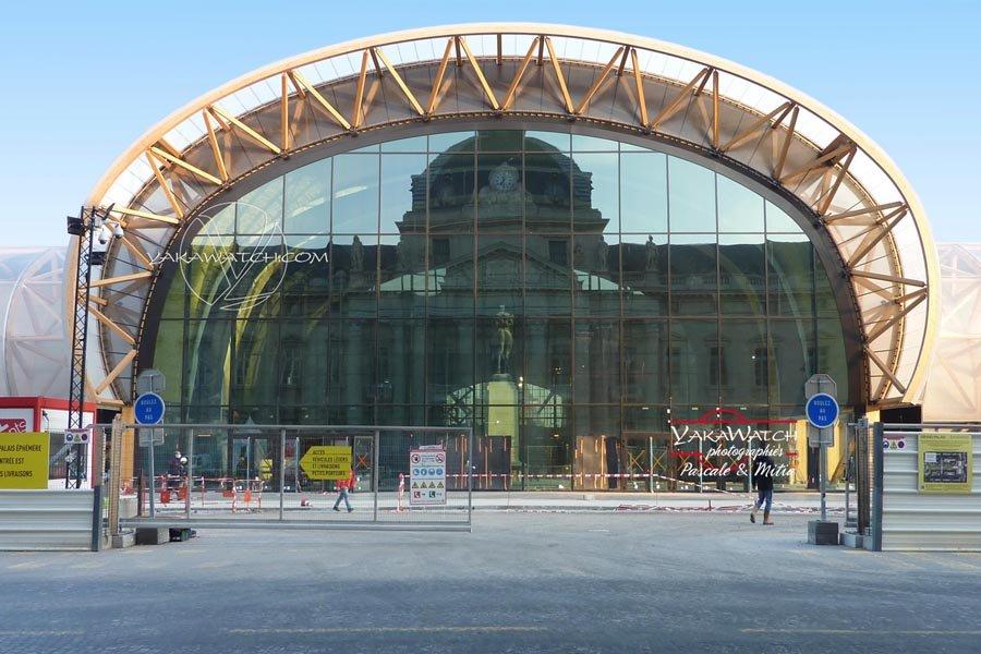 L'école Militaire se reflète dans la façade du Grand Palais Ephémère