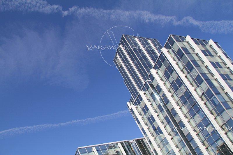 Immeuble moderne sur fond de ciel bleu. Extérieur jour.