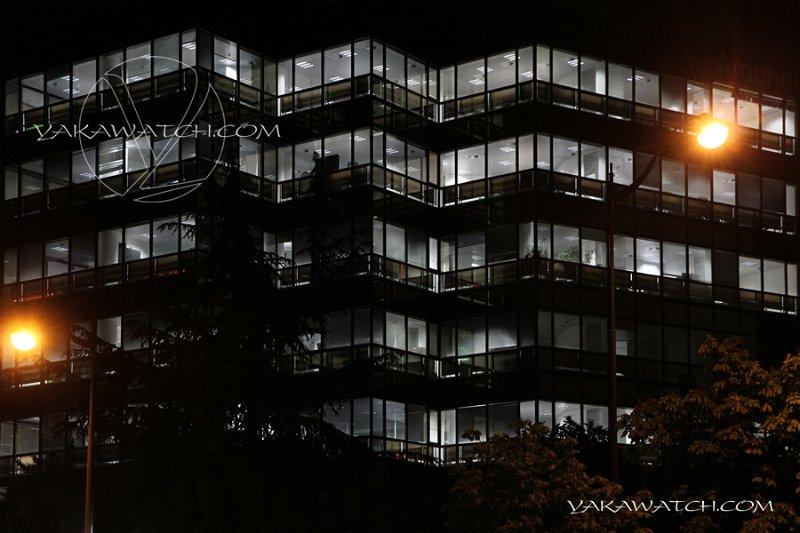 Immeuble moderne de bureaux dans le quartier de Montparnasse. Extérieur nuit.