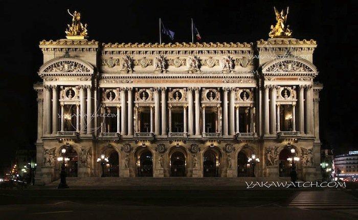 Opéra Garnier. Extérieur nuit.