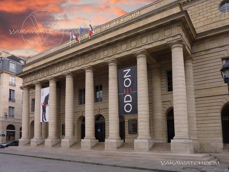 Théâtre de l'Odéon. Extérieur jour - Ciel d'orage.