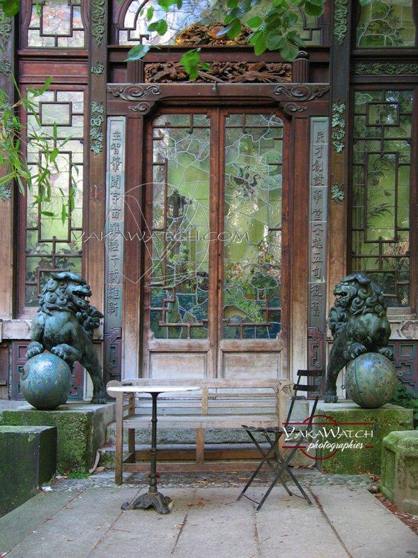 Entrée de la Pagode, gardée par deux lions impériaux. Photo Yakawatch
