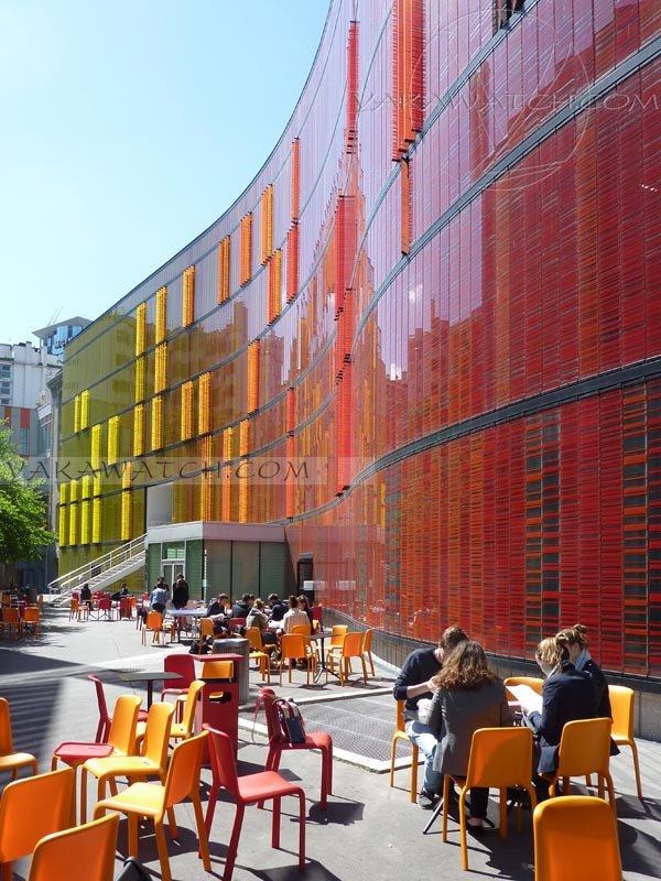 Novancia, façade moderne, cour étudiants. Extérieur jour.