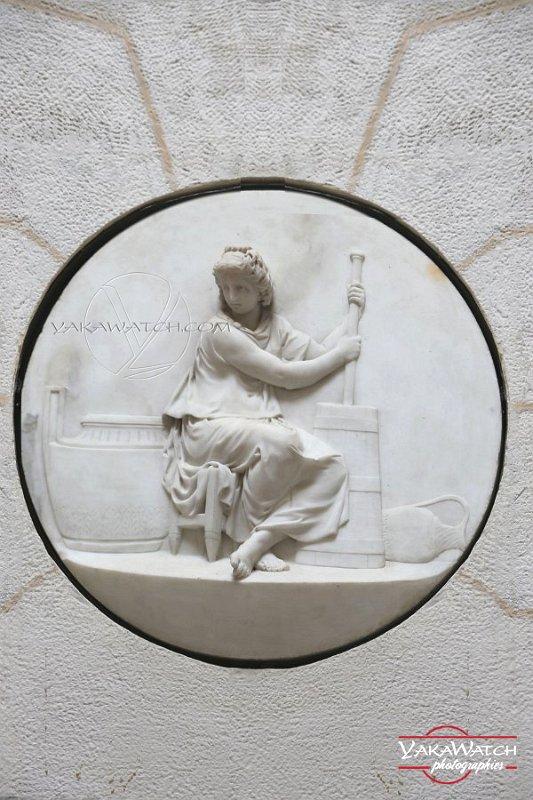 Barattage du lait - Médaillon en bas relief à la Laiterie de la Reine à Rambouillet