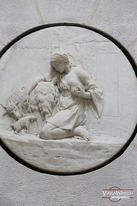 La distribution de sel - Médaillon en bas relief à la Laiterie de la Reine à Rambouillet