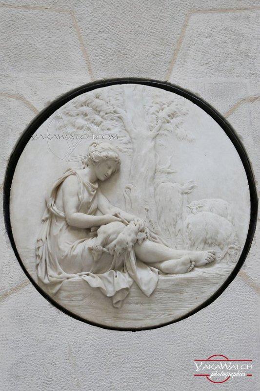 Tonte des moutons - Médaillon en bas relief à la Laiterie de la Reine à Rambouillet