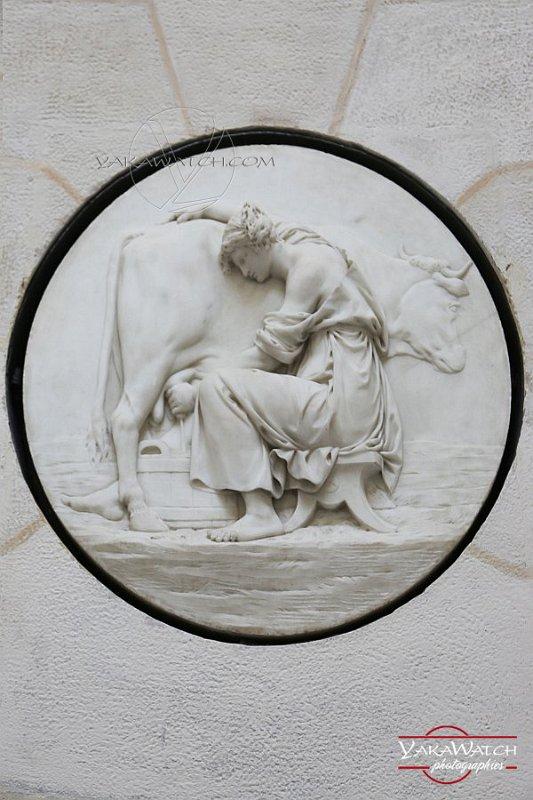 Traite de la vache - Médaillon en bas relief à la Laiterie de la Reine à Rambouillet