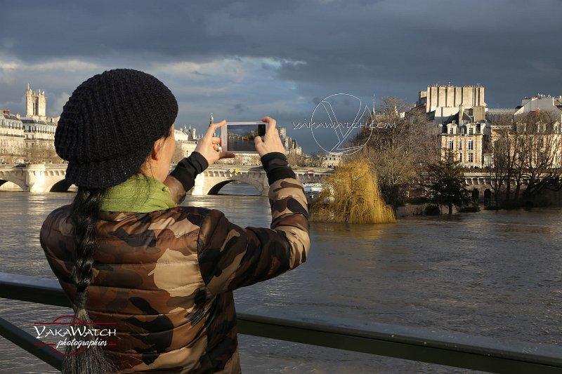 Touriste chinoise photographiant le square du Vert Galant