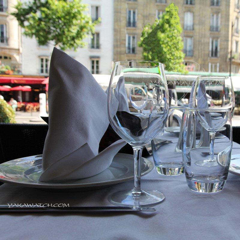 Restaurant, brasserie, traiteur, bar - Verres et assiettes à la terrasse de la Coupole Montparnasse