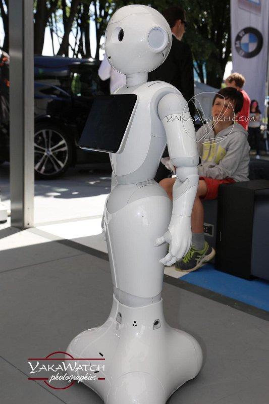 Pepper, le robot autonome de SoftBank Robotics sur le stand BMW