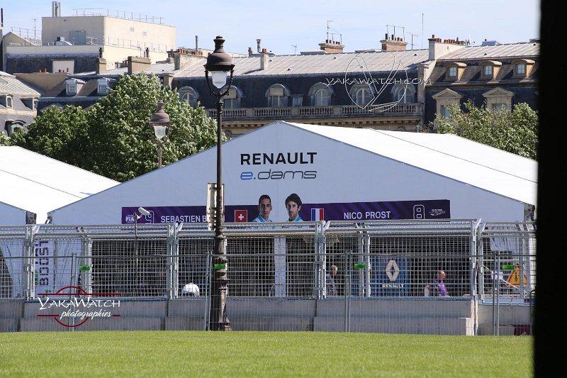 Les stands des écuries installées sur l'esplanade des Invalides