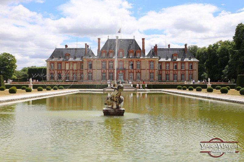 Le château de Breteuil. La façade sud vue du miroir d'eau