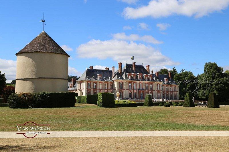 Façade sud du château de Breteuil et le pigeonnier vus des jardins