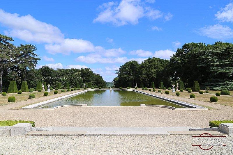 Le miroir d'eau, jardin à la française du château de Breteuil