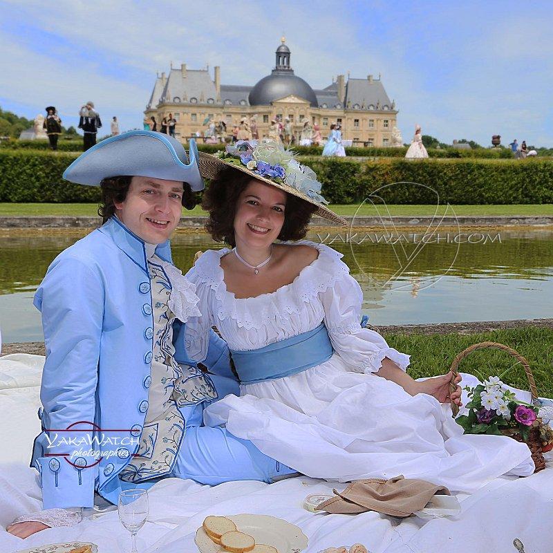 Pique-nique en costume d'époque sur les pelouses de Vaux-le-Vicomte