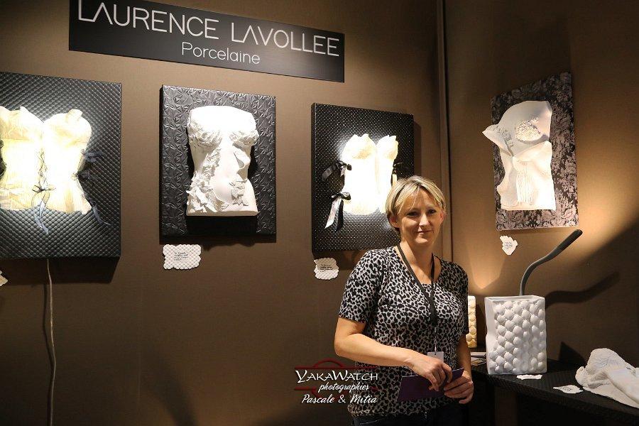 Créatrice en porcelaine, Laurence Lavollée sur son stand, au Salon du Patrimoine
