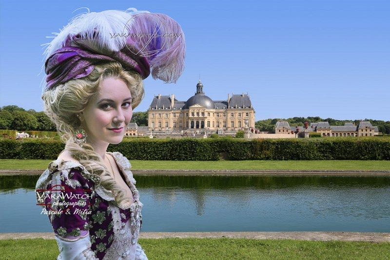 Participante costumée posant devant le château de Vaux le Vicomte