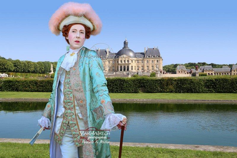 Personnage costumé devant le château de Vaux le Vicomte