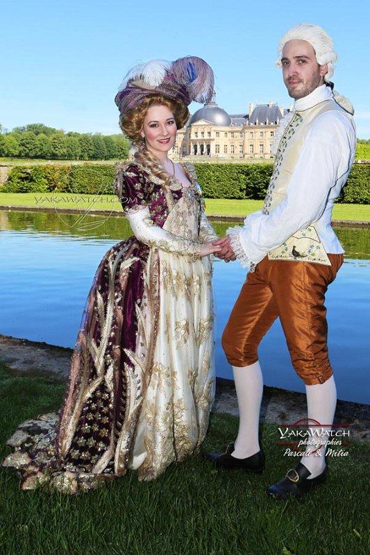 Couple costumé devant le château de Vaux le Vicomte