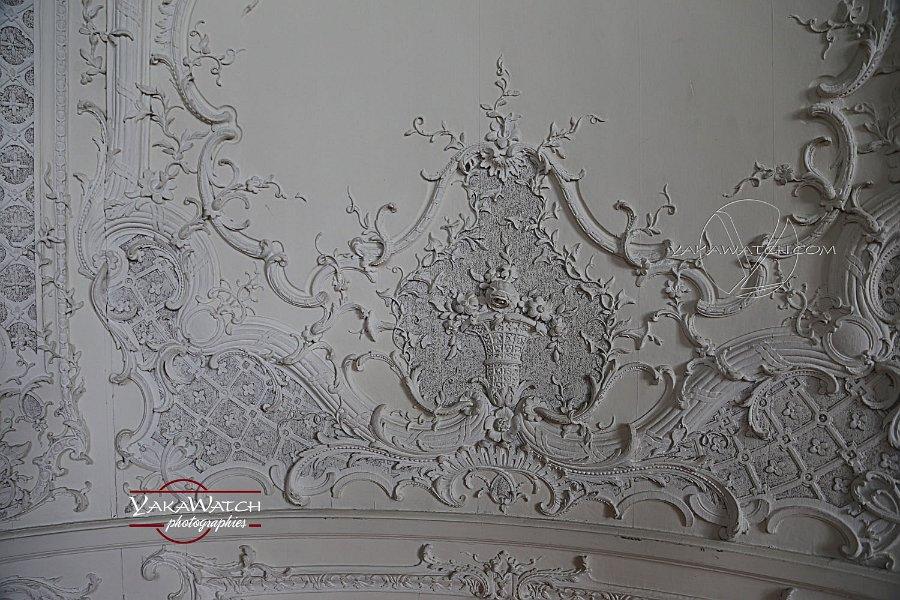 Les boiseries peintes en blanc du boudoir de la comtesse de Toulouse
