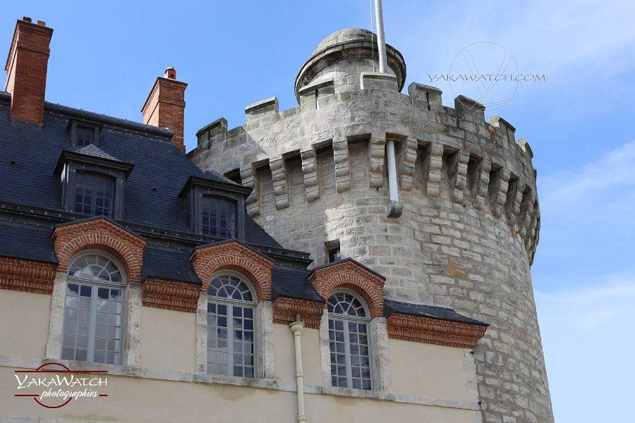 Château de Rambouillet tour médiévale sous le soleil
