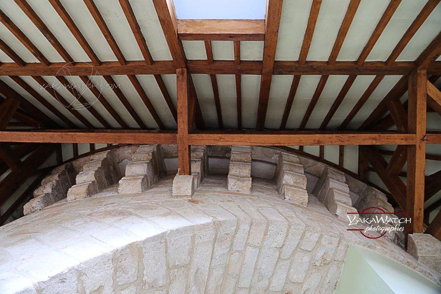 La charpente et le couvert ont été rénové, optimisant les performances énergétiques du bâtiment.