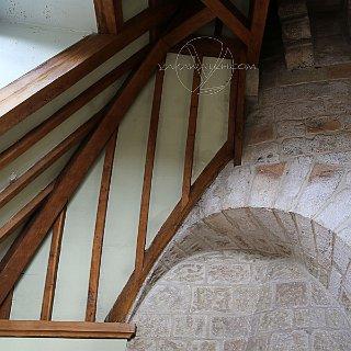 La charpente du châteauet son attache à la Tour médiévale