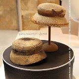 Chapeau, carton à chapeaux et forme à chapeau en bois