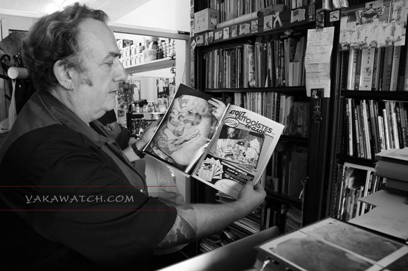 Bernard Soufflet dans sa boutique de tatouage