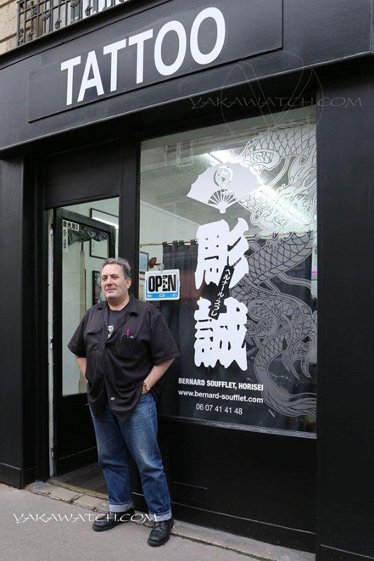 Bernard soufflet devant sa boutique de tatouage
