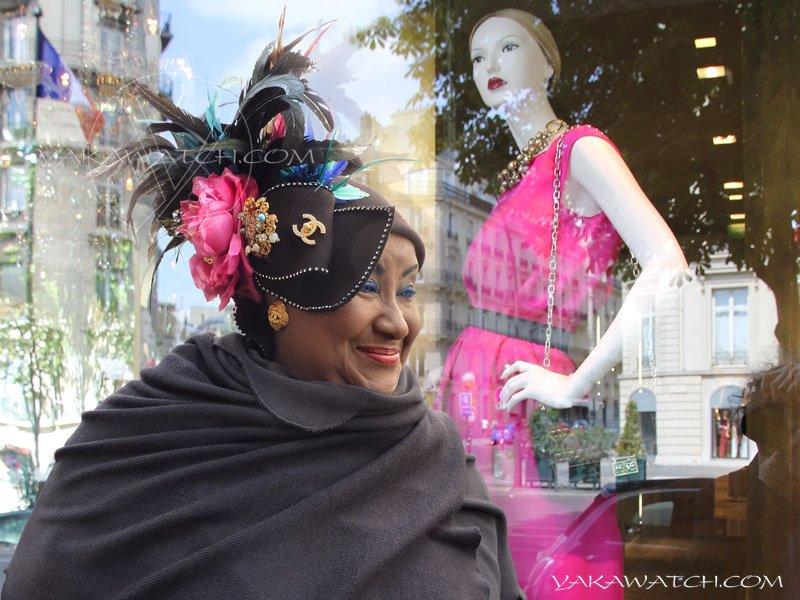 Antoinette modiste Chanel devant vitrine Dior