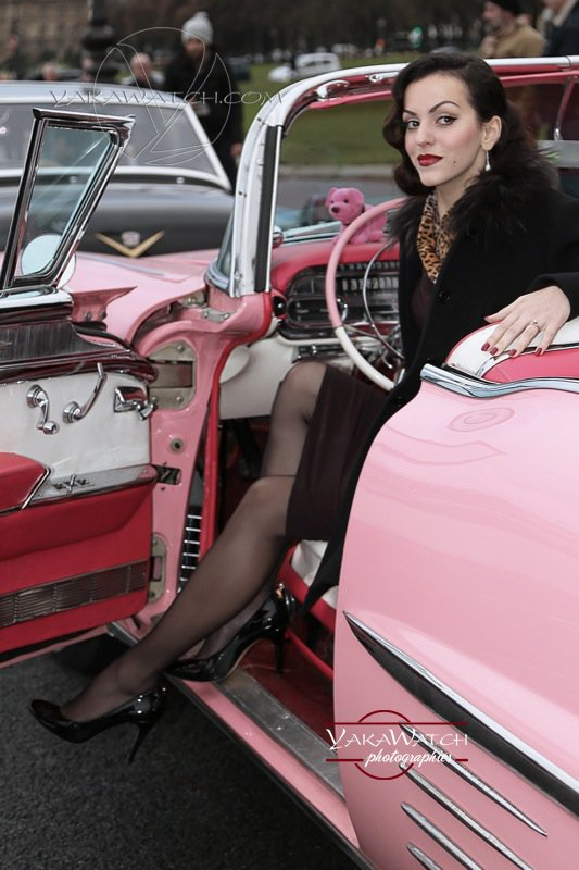 Pin-Up en Cadillac rose (traversée de Paris Vincennes en anciennes)